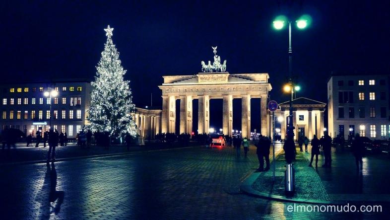 navidad de noche en la puerta de brandeburgo.berlin.alemania