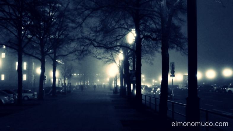 Straße des 17. Juni, Berlín, Alemania.entre la niebla
