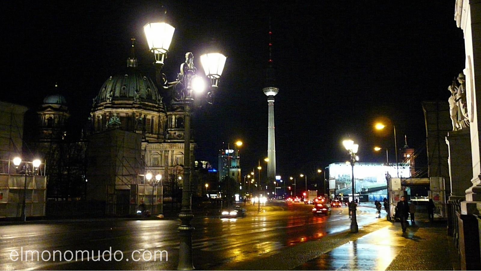 fernsehturm. torre de television al fondo, de noche. berlin