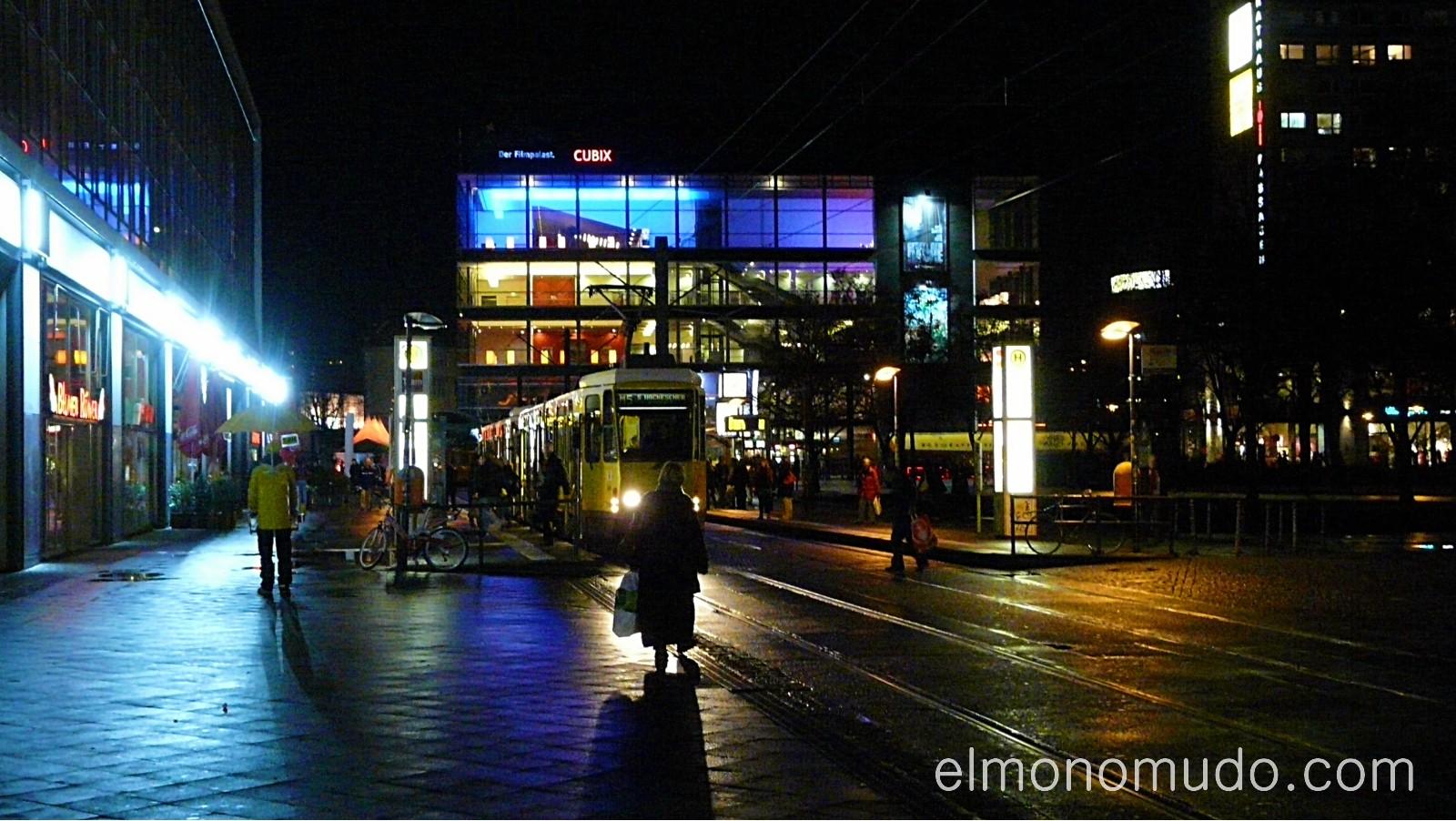 luces y tranvia de noche en berlin