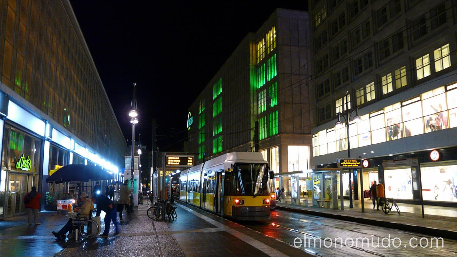 tranvia en la noche. berlin