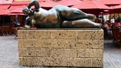 estatua mujer en descanso.cartagena de indias.colombia.botero