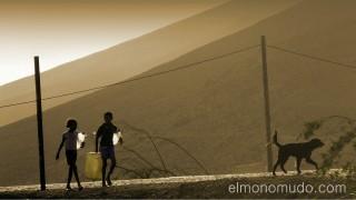 Niños en busca de agua. Isla de Sao Vicente. Cabo Verde