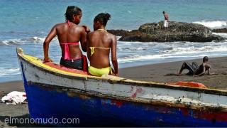 Bañistas en playa de Praia. Isla de Santiago. Cabo Verde