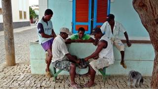 Jugando al Wari (Mancala). Palmeira. Sal. Cabo Verde
