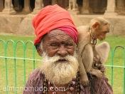 Anciano con mono