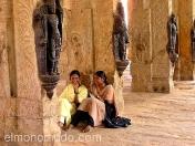 Dos jovenes descansando en el templo