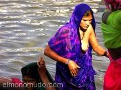 Mujeres aseandose en el rio