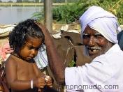 Abuelo desdentado con su  nieta