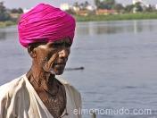 Hombre pensativo en el rio