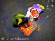 Mujer lavando ropa en el rio