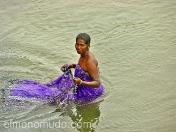 Mujer aseandose en el rio