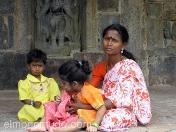 Madre con sus dos hijas descansando en el templo