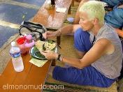 Bella viajera disfrutando con la comida local