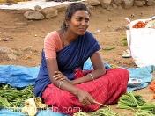 Hermosa vendedora de hortalizas