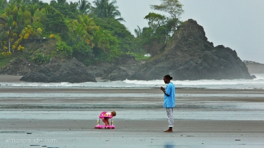 Colombia.El Chocó.El Valle. Playa Almejal.Niño con andador y con mama.