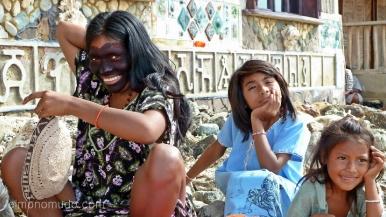 mujer y dos niñas del pueblo wayuu.cabo de la vela.la guajira.colombia