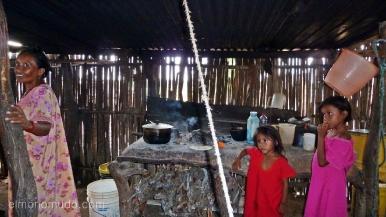 mujer y dos niñas del pueblo wayuu.interior cabaña. cabo de la vela.la guajira.colombia