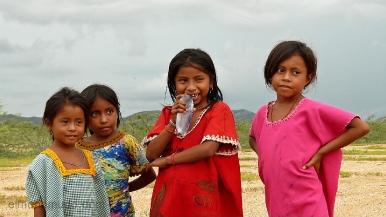 niñas del pueblo wayuu.cabo de la vela.la guajira.colombia