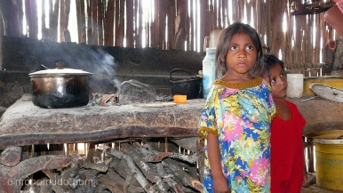 niñas del pueblo wayuu. interior cabaña.cabo de la vela.la guajira.colombia