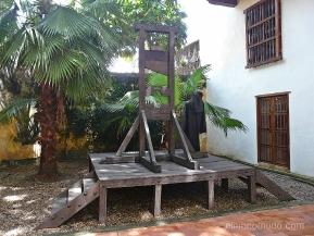 guillotina. instrumentos tortura. palacio de la inquisición. cartagena de indias.colombia