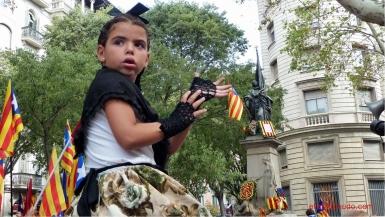 diada nacional catalunya. barcelona 11.09.2012 . pubilla catalana en el monumento a rafael de casanovas