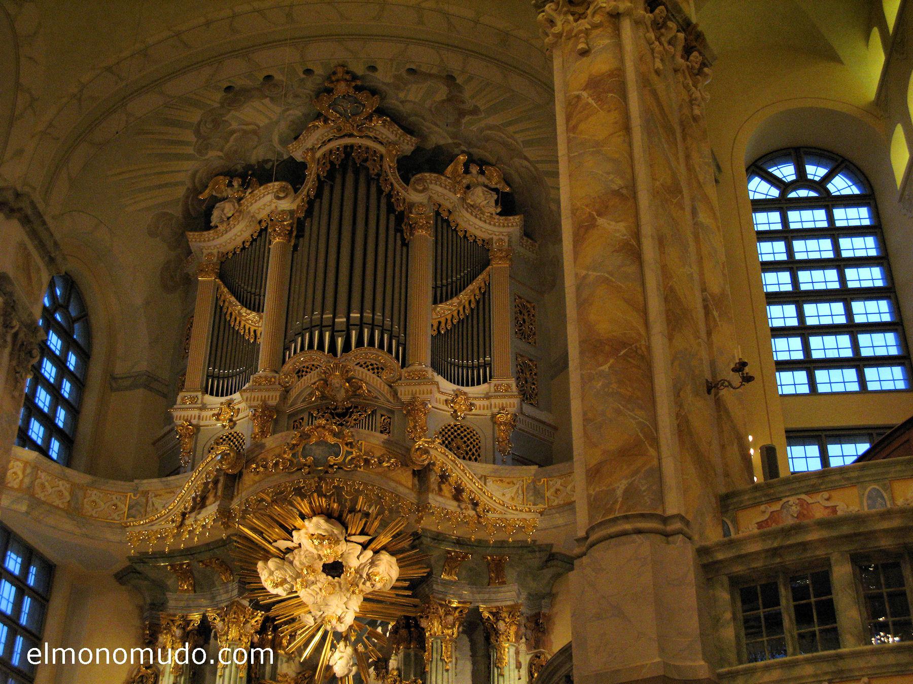 frauenkirche-interior-retablo-columnas-superior-derecha