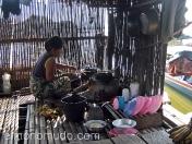 Cocina en vivienda sobre el lago. Indonesia