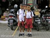 Niños con uniforme escolar.  Bali. Indonesia