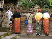 Hombres con los sarong tradicionales. Bali. Indonesia.