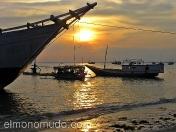 Barcas al atardecer en Lombok. Indonesia.