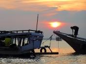 Arreglando los barcos al terminar el día. Lombok. Indonesia.