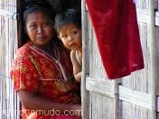 Madre e hijo en casa flotante. Indonesia.