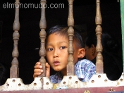 Niño desde la ventana. Sulawesi. Indonesia.
