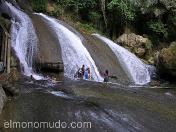 Jovenes bañandose vestidos. Indonesia