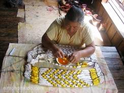 mujer tintando un tejido en el lago inle. myanmar