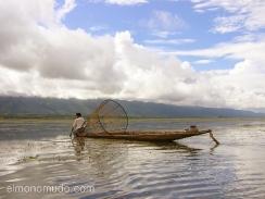 pescador en el lago inle. myanmar