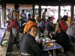restaurante en el lago inle. myanmar