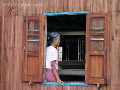 tejedora en el lago inle. myanmar