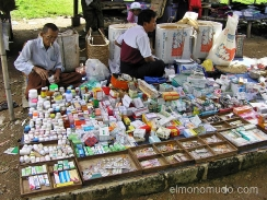 farmacia ambulante en el lago inle. myanmar