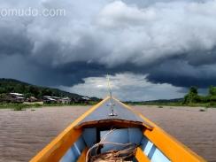 tormenta en el lago inle, myanmar