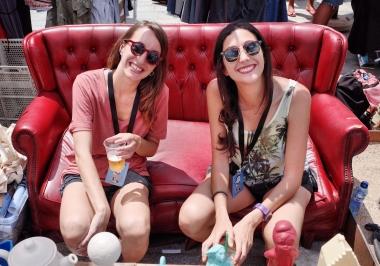 chicas-sofa