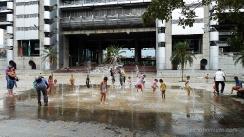 niños jugando con el agua en medellin.colombia