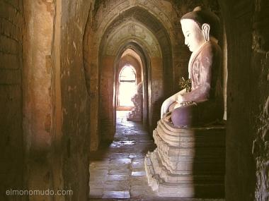 interior templo en bagan. myanmar. birmania