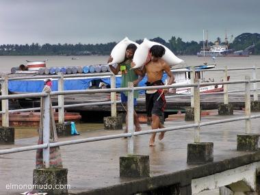 descargadores puerto. myanmar. birmania