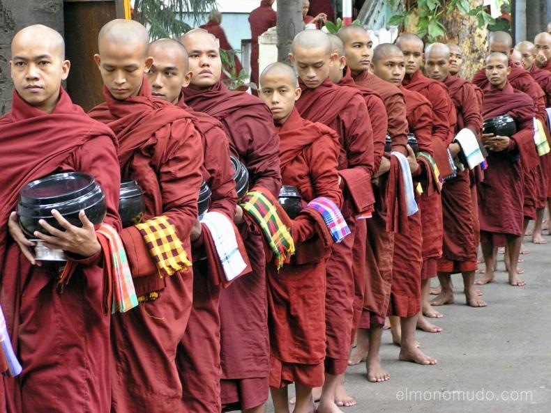 Monjes budistas.Rangun.Myanmar