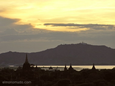 Templos al atardecer. Myanmar. Birmania