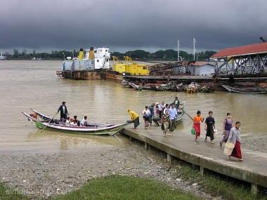 barca con pasajeros llega al puerto.myanmar. birmania