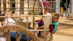 campesina con su hijo, myanmar