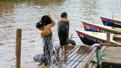 mujeres lavandose en el rio, lago inle, myanmar